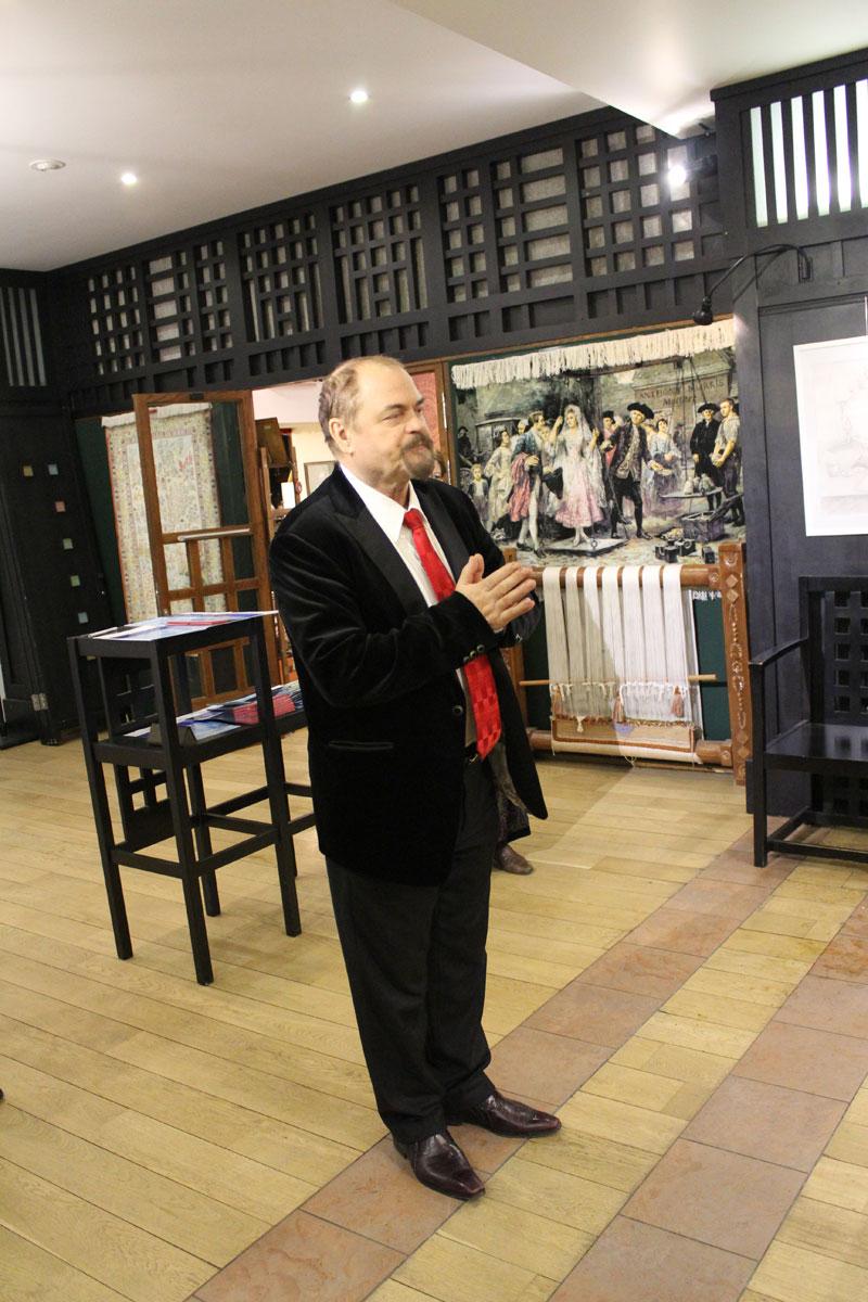 Председатель Молодёжного объединения ТСХ России Петр Петрович Козорезенко открывает выставку.