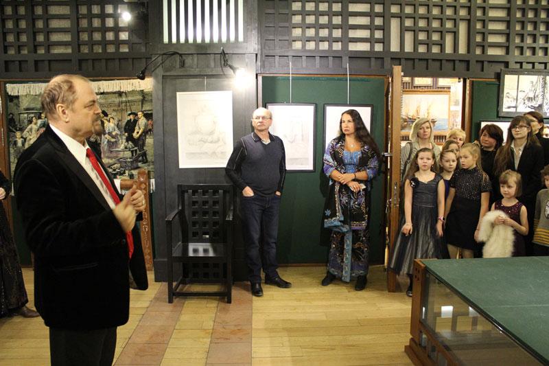 П.П. Козорезенко открывает выставку.