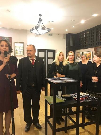 Директор Галерейного центра «Артефакт» А.В.Косталева выступает с приветственным словом к участникам выставки.