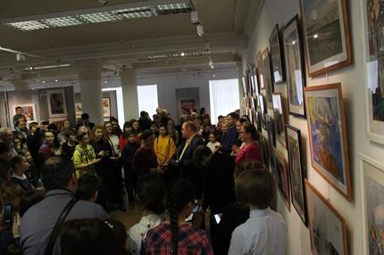 П.П. Козорезенко общается с участниками выставки